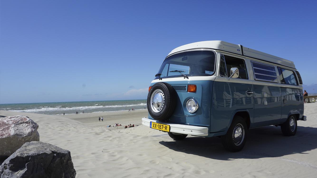 Volkswagen busje op strand