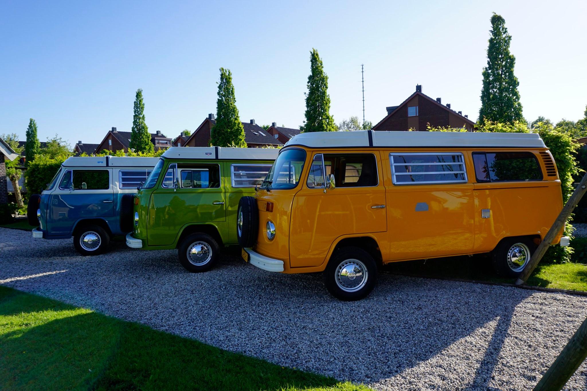 Gele, groene en blauwe Volkswagen T2